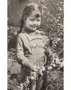 Fonott hajú lány, virággal (képeslap)